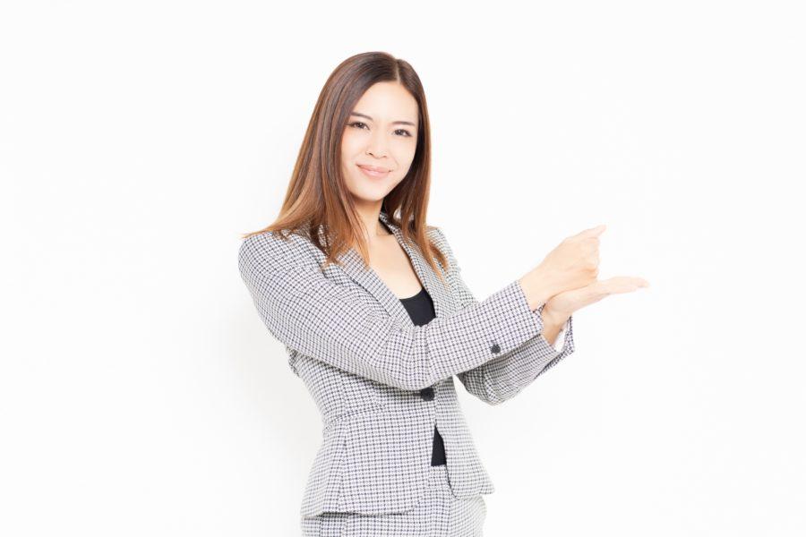 納得するジェスチャーをするビジネスウーマン