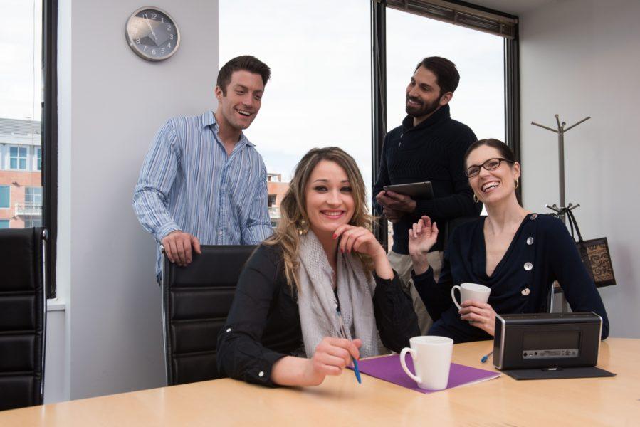 オフィス 談笑する会社員19