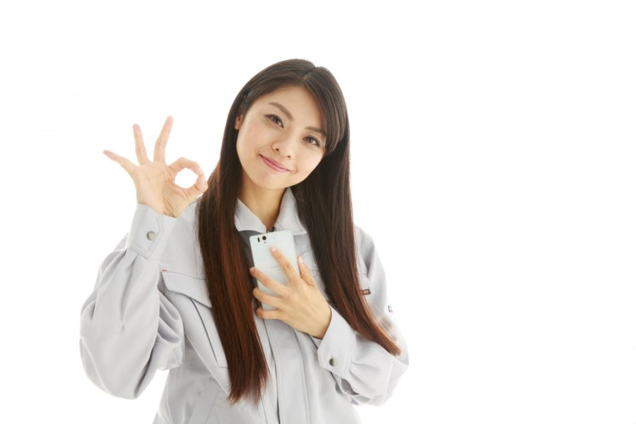 OKサインの作業着姿の若い女性2